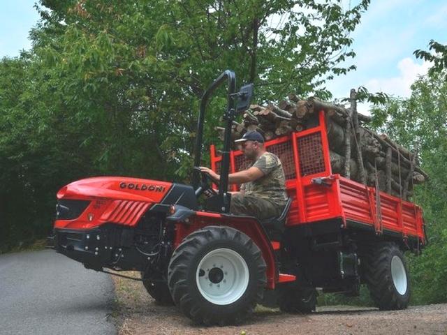 Tracteur GOLDONI TRANSCAR au travail chargé